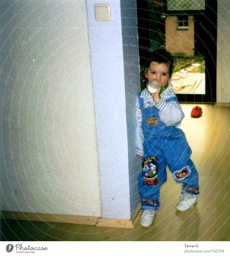 Poser(in)! Lebensfreude Kleinkind Mädchen Wohnung Haus früher Coolness Gangsta Rap Krimineller Trinkflasche Milch Babyfläschchen Latzhose Wand Raufasertapete