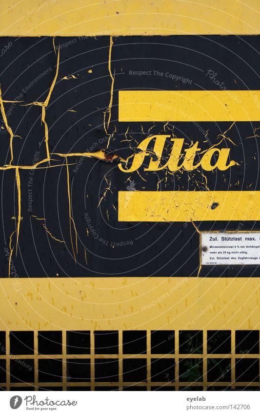 ALTA...WAS GEHT !? alt schwarz gelb Schilder & Markierungen Technik & Technologie Schriftzeichen kaputt Information Buchstaben Streifen verfallen Falte Handwerk Rost Hinweisschild Typographie