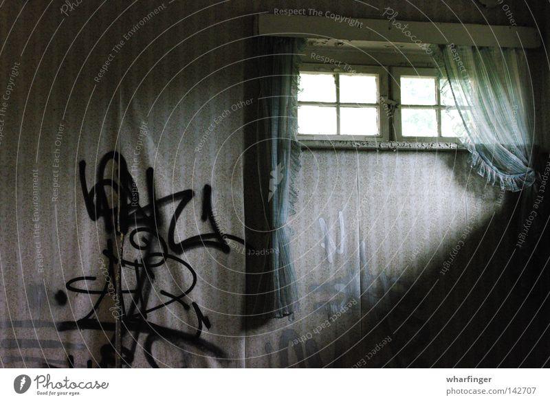 Lichtspalt Fenster Vorhang Tapete Wand Fensterscheibe Lichteinfall Schatten Graffiti grün silber beige verrotten schädlich schäbig Einsamkeit verfallen