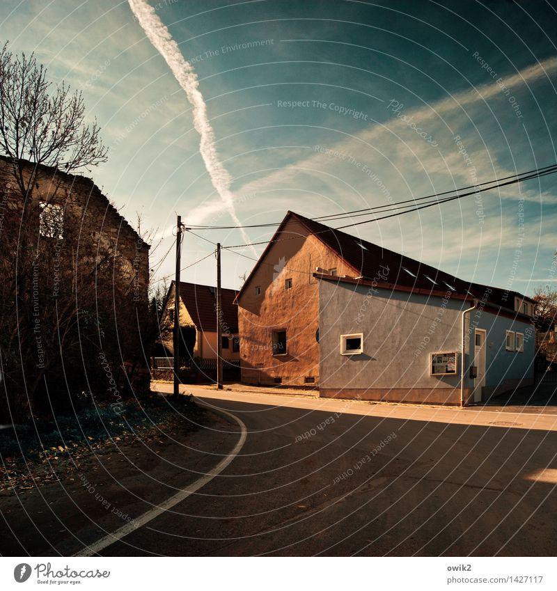 Rennstrecke Himmel Baum Einsamkeit ruhig Haus Fenster Straße Gebäude Fassade Wetter Luftverkehr Idylle Ausflug Klima Schönes Wetter Kabel