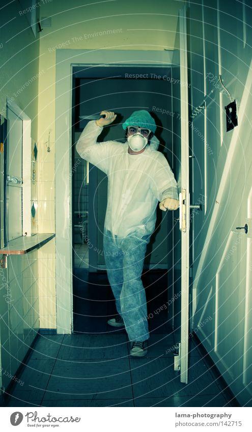 Mord ist sein Hobby Mörder Angriff Überfall Diebstahl Messer Mann Krimineller Kriminalität Maske Arzt Mundschutz weiß Tarnung Wohnung Tür Raum gefährlich Angst