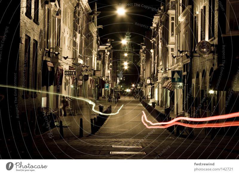 Sie kommen bei Nacht Ferien & Urlaub & Reisen Stadt dunkel Straße Nacht Angst Geschwindigkeit Straßenbeleuchtung Niederlande Jagd Verkehrswege Geister u. Gespenster Gasse Flucht fließen Panik