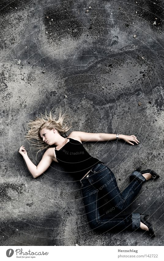 The Fallen Beauty fallen Hinterhalt Frau Gewalt Tod Haare & Frisuren schön dreckig Dach mögen gefallen Handel Menschenhandel weiß unschuldig Top Hose verrückt