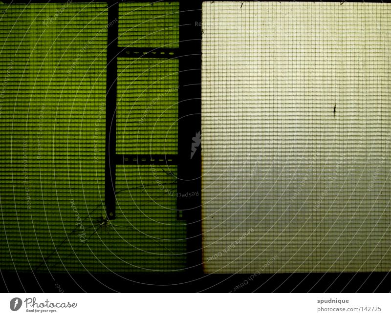 traurige realität Fenster Fensterscheibe Durchblick graphisch grün weiß schwarz brechen kaputt puristisch Linearität Geometrie Detailaufnahme Trauer