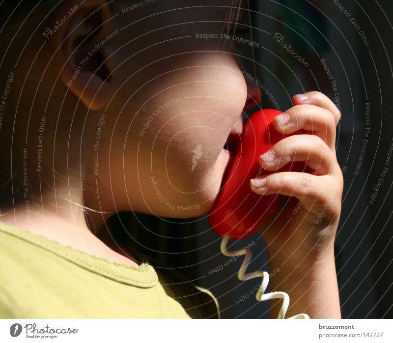 Kasse 3 an 90 Kind Mädchen Spielen Spielzeug Mikrofon Megaphon sprechen Wange Spiralkabel Kinderhand Kindermund Hand Alarm Supermarkt Kleinkind Walkie-Talkie