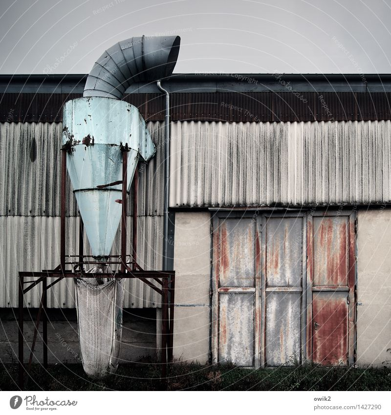 Puste aus Himmel alt dunkel Gebäude Metall stehen hoch groß Sauberkeit Fabrik stark Mut Rost Tor Rohrleitung Ausdauer