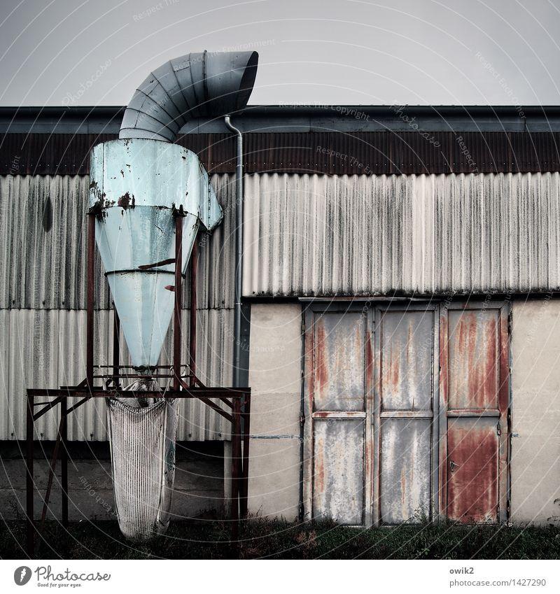 Puste aus Himmel Industrieanlage Fabrik Gebäude Wellblech Wellblechwand Blech Tor Dunstabzug Belüftung Metall stehen alt groß hoch stark Mut Tatkraft Ausdauer