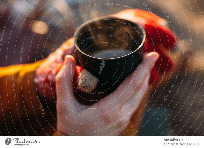 Mädchen Tee kalt warm hält Tasse orange Dampf Herbst Winter Getränk Heißgetränk Alkohol Wein Becher Lifestyle Gesundheit Behandlung Alternativmedizin