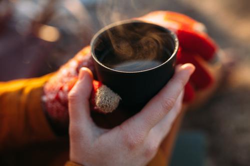 Mädchen Tee kalt warm hält Tasse orange Dampf Herbst Winter Mensch Frau Ferien & Urlaub & Reisen Jugendliche Junge Frau Gesunde Ernährung Hand Erholung