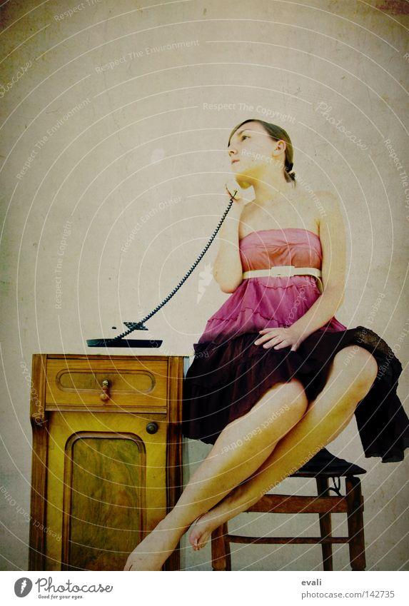 I am free, free reeling Frau sprechen Beine rosa Bekleidung Telefon Stuhl Kleid violett Telekommunikation Schweben Telefongespräch Kommunizieren