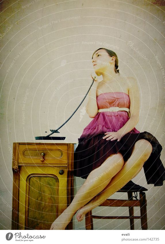 I am free, free reeling Porträt Frau Kleid violett rosa Telefon Schweben woman Bekleidung purple phone call Stuhl levitate chair Kästchen Beine legs