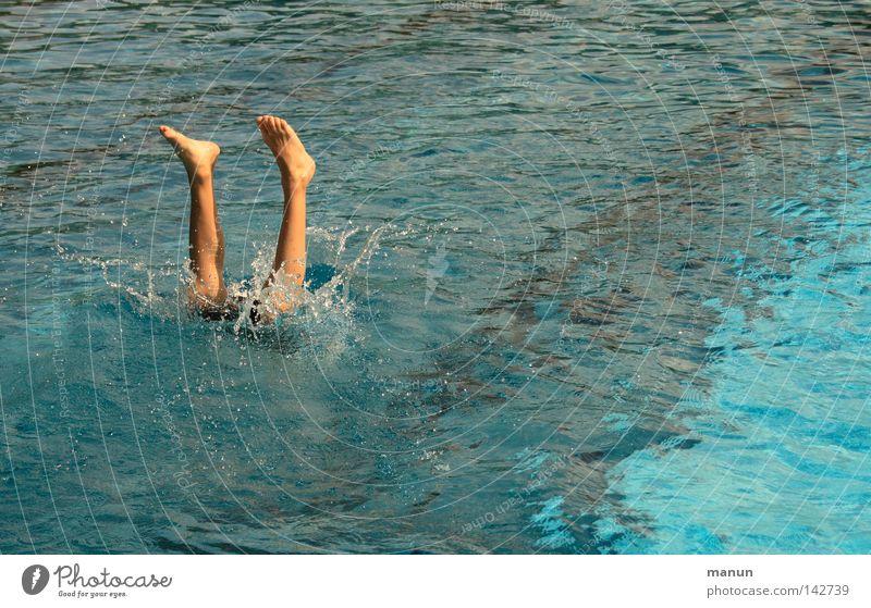 Wasserballett Mann Jugendliche blau weiß Sommer Freude schwarz Freiheit Bewegung springen Beine Luft Fuß Gesundheit Kraft