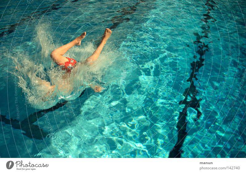 let's fetz... Mann Jugendliche blau weiß Sommer Freude schwarz Freiheit Bewegung springen Beine Luft Fuß Kraft Freizeit & Hobby Schwimmen & Baden