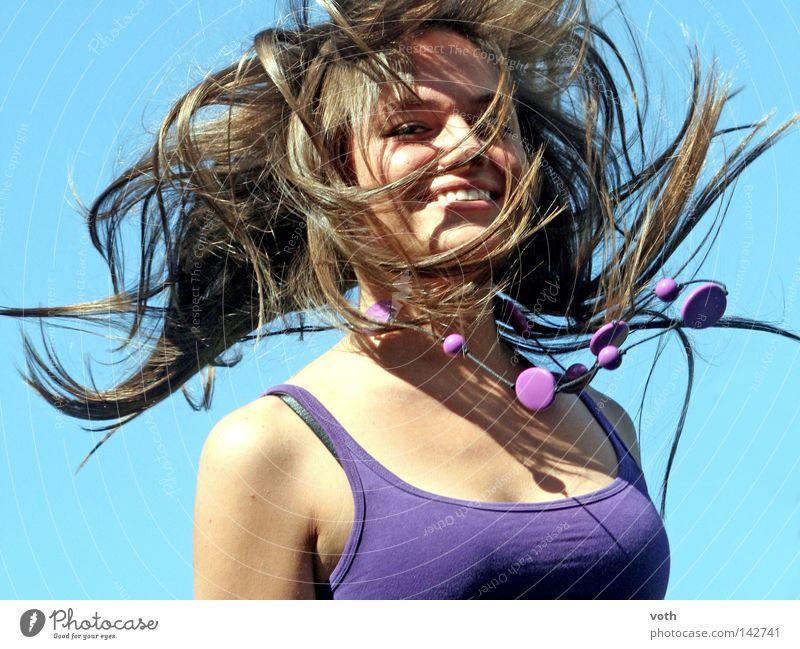 Jana springen violett Haare & Frisuren Porträt Oberkörper Frau Erotik Stil Bewegung Kette fliegen blau Himmel braun brünett Freude lilia lachen Dynamik brunette