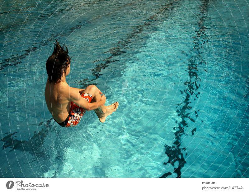 la bomba Freude Gesundheit Freizeit & Hobby Schwimmbad Jugendliche Leben Badehose springen sportlich positiv blau Lebensfreude Vorfreude