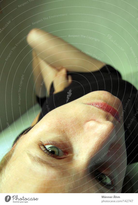 Anhang 'Abhang'. Bett Hand Kleid Wand Kinn Frau blond Bekleidung lümmeln faulenzen aufwachen Schlafzimmer Raum Schwäche liegen Matraze Bettlacken Beine Gesicht