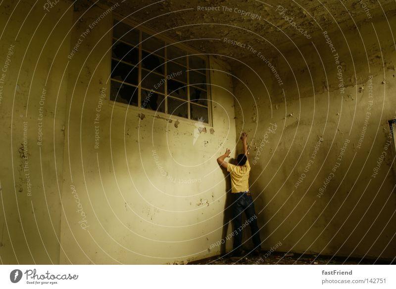 Break out Wand Mauer Fenster gefangen Sträfling Haftstrafe eingeschlossen biegen erobern Gefängniszelle Erdhöhle Flucht Einsamkeit Hand alt Angst Panik