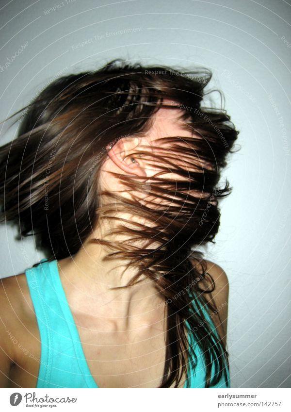 Zerstreuung Mensch Frau Jugendliche Kopf Porträt Gesicht Hals Schulter Top T-Shirt türkis blau Wand Haare & Frisuren braun Haarsträhne Verneinung Wut Ärger