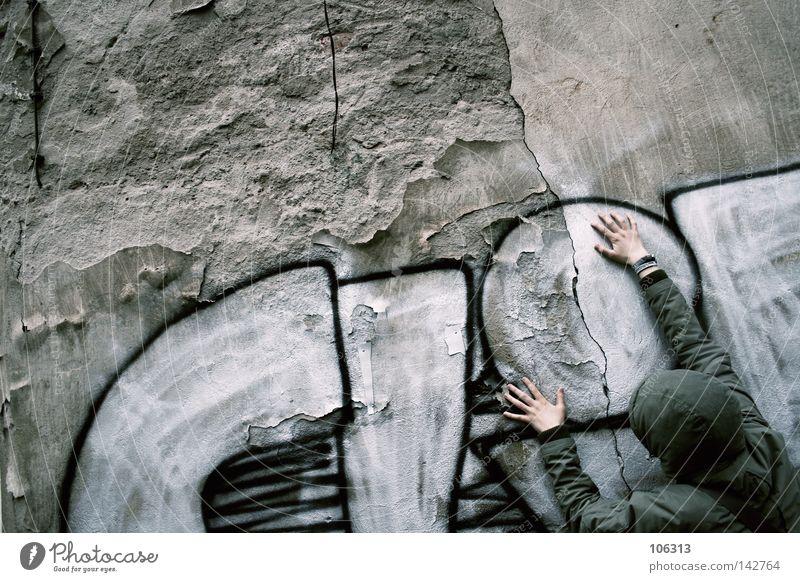 2x CLIFFhänger sein Graffiti hängen Wand Mensch Frau festhalten stoppen herunterhängend Buchstaben umrandet dreckig Jugendliche vermummen vermummt fremd anonym