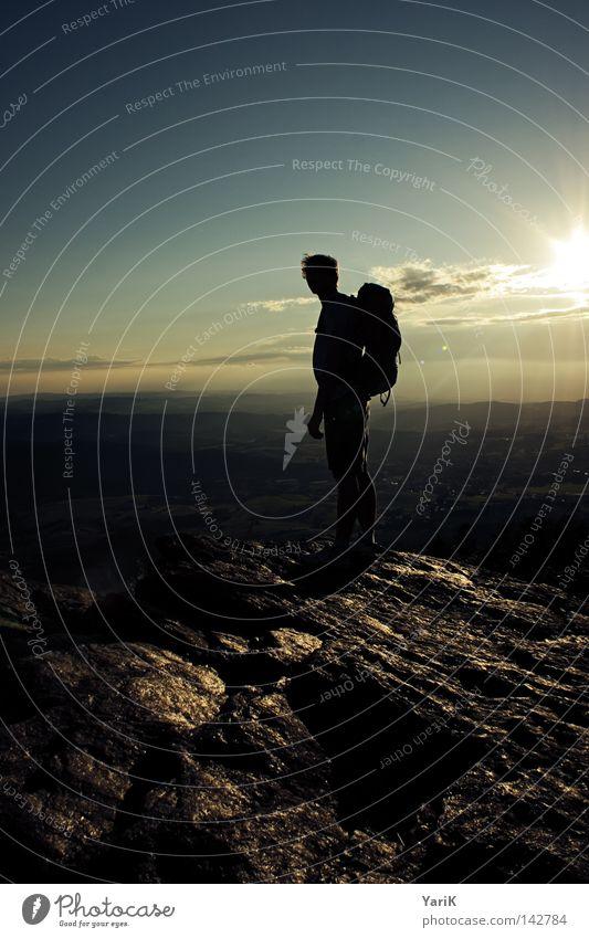 ausblick wandern Gipfel Gegenlicht Sonnenuntergang Himmel Wolken dunkel schwarz Bergsteigen Bergsteiger Mann besteigen Rucksack Ferne Aussicht steinig
