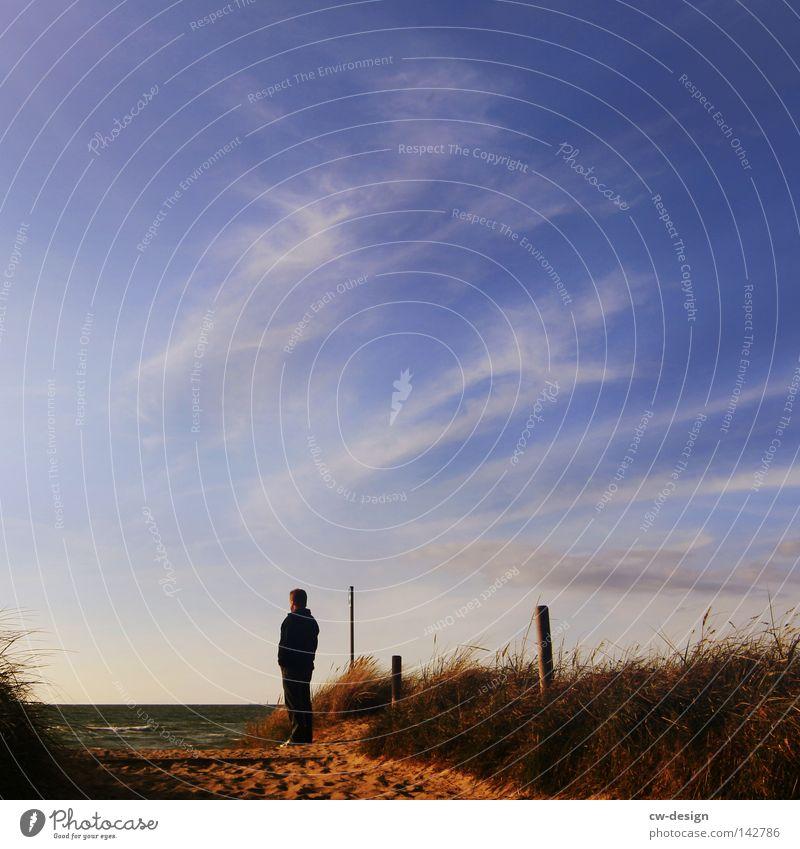 DER ALTE MANN UND DAS MEER Mensch Himmel Mann Wasser Ferien & Urlaub & Reisen Meer Sommer Freude Strand Wolken ruhig Einsamkeit Erholung Freiheit springen Küste
