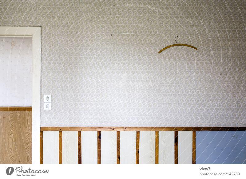 Kleiderbügelordnung Wand Tapete Muster Innenarchitektur Ordnung Möbel Tür Holz Türrahmen Altbau Detailaufnahme gebraucht gebrauchen vergessen leer frei Freiheit