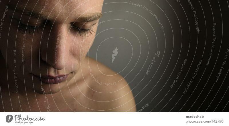 Portrait junger Mann Blickkontakt Gedeckte Farben Innenaufnahme Studioaufnahme Textfreiraum rechts Porträt Oberkörper Halbprofil Blick nach unten Wegsehen