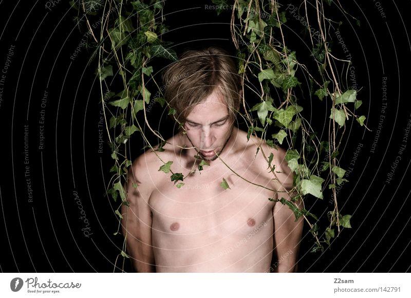 IN THE JUNGLE Mann maskulin verrückt grün Wachstum gefangen gefesselt Waldmensch Urwald stehen verwurzelt Pflanze Efeu Einsamkeit ruhig Geisel Stil Botanik