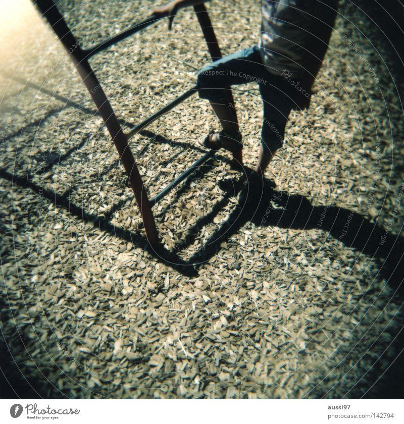 Stell dir vor es gäbe keinen Rollfilm mehr... Sommer Spielen Bewegung Fuß Pause analog Holga Leiter Turnen Spielplatz Mittelformat Lichteinfall Schulhof Lomografie Filmmaterial Rollfilm