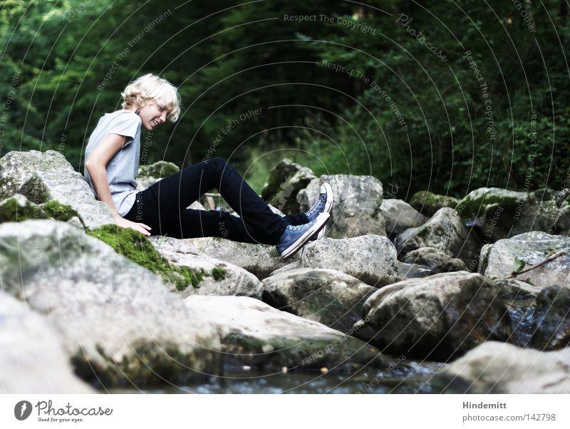 Gebirgsbachbetten sind unbequem. Mädchen Jugendliche Kind Stein Felsen Fluss Flußbett Wasser Baum grün grau Moos T-Shirt blond lachen Sommer