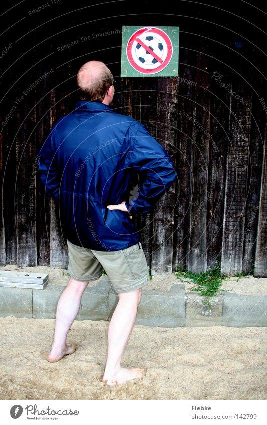 Na was soll denn das? Mann Sport Wand Spielen Holz Sand Fußball Arme Schilder & Markierungen Rücken Ball Wut Hinweisschild Langeweile sportlich