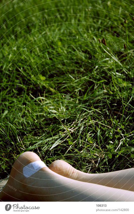 Mädchenproblem Frau Natur weiß Sommer ruhig Erholung Wiese Gras Beine Beine Fuß Schuhe liegen Pause Schmerz Blase