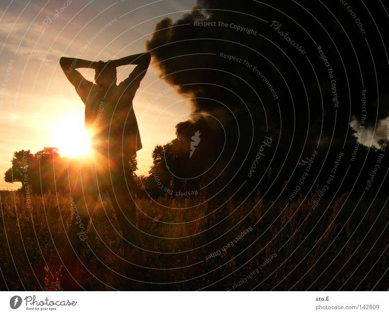 betroffen Mensch Mann Natur Jugendliche Himmel Baum Sonne blau schwarz Wolken Wiese Feld Brand Trauer Rauch Typ