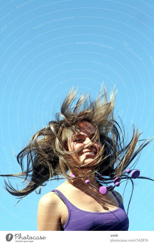 funny Frau blau springen Haare & Frisuren braun violett wehen