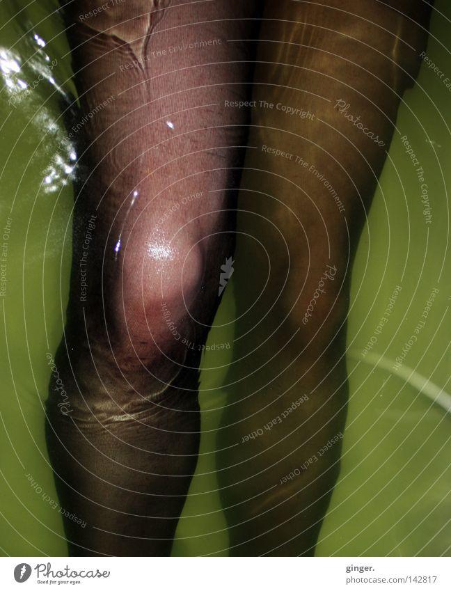 Ich hab' dein Knie gesehen ... Wellen Badewanne Beine Wasser Strümpfe Strumpfhose Bewegung nass gelb grün schwarz feucht grün-gelb Nylon Oberschenkel