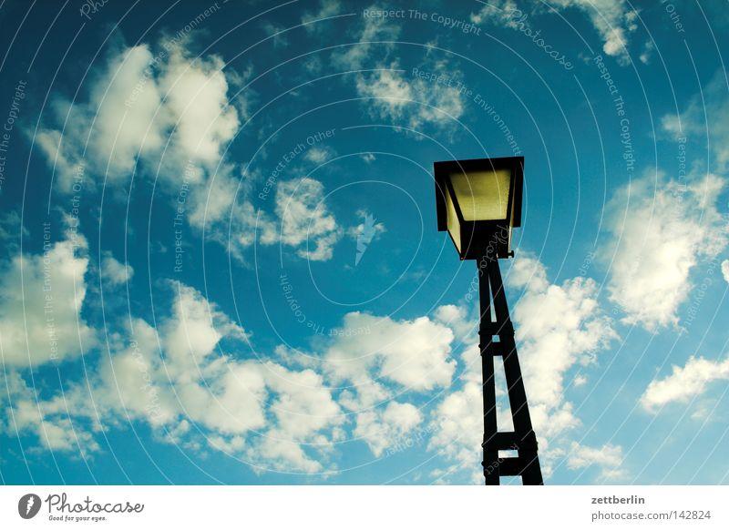 Nachtlicht Licht Abend Dämmerung Laterne Lampe Erkenntnis Himmel Altokumulus floccus Cirrus Schöneberg Detailaufnahme Dinge Abenddämmerung langenscheidtbrücke