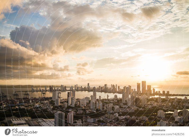 Cartagena De Indias Wolken Horizont Sonne Küste Stadt Stadtzentrum Skyline bevölkert Haus Hochhaus Bankgebäude Industrieanlage blau gold grau Kolumbien Karibik