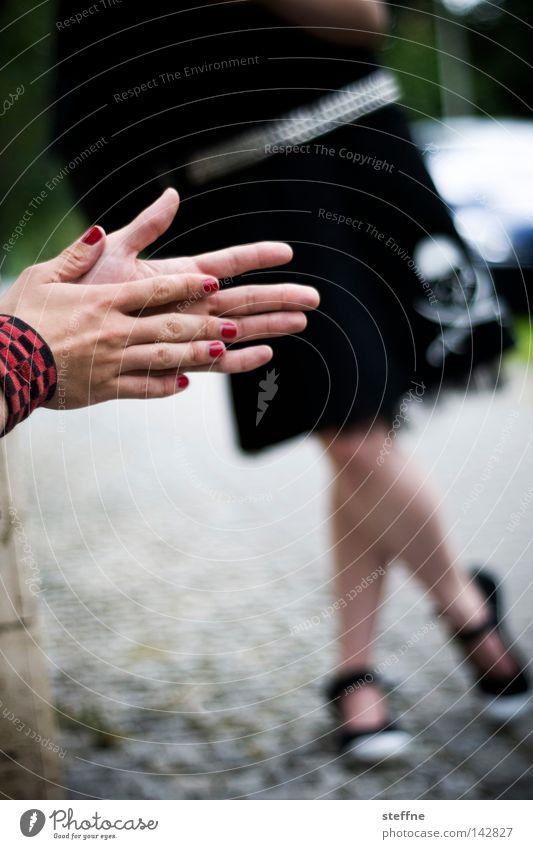 to reib one's hands [Weimar 2008] Frau Hand rot Straße Beine warten stehen Pause Kopfsteinpflaster Langeweile Fingernagel Schädel Rock `n` Roll Rockabilly