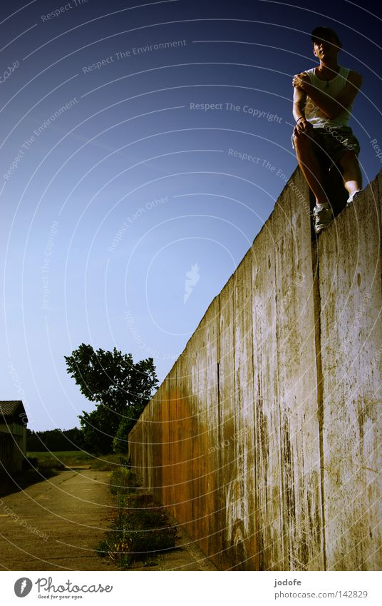 lonesome Mauer Mann maskulin Lebewesen Baum Sträucher Haus Sommer Physik heiß Sonnenlicht Sonnenstrahlen hoch Höhenunterschied Erholung Baseballmütze stark