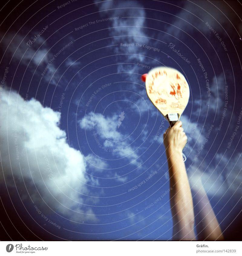 Schlagkraft Himmel blau rot Sommer Strand Wolken Sport Spielen Bewegung Arme Ball Schönes Wetter sportlich schlagen Reaktionen u. Effekte Mittelformat
