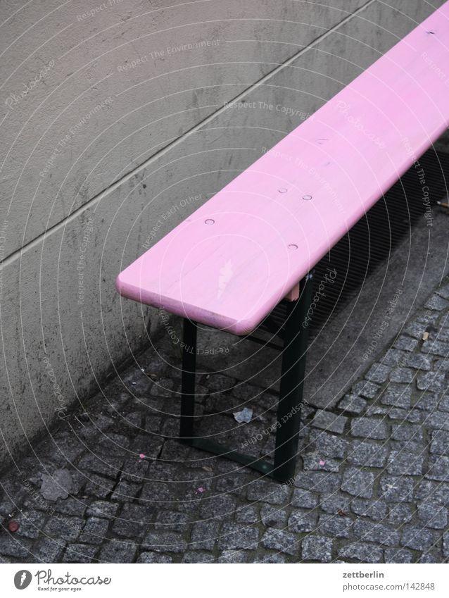 Große Hamburger Bank Biergarten Gartenbank rosa Friseursalon leer frei Bürgersteig Straßenbelag Kopfsteinpflaster Pflastersteine Möbel Häusliches Leben
