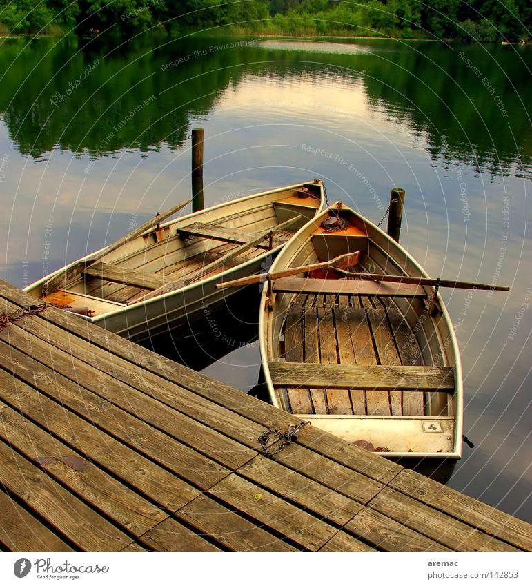Endlich Ruhe Wasserfahrzeug Ruderboot ruhig Angeln Ferien & Urlaub & Reisen See Teich Gewässer Einsamkeit Holz Steg Sommer Spielen Reflektion Abend Natur alt