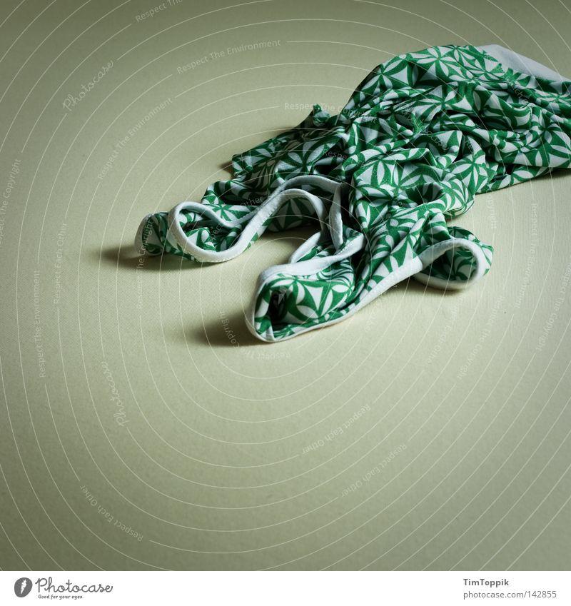 Nach der Party Hemd Top T-Shirt Muster Design Bett Bettlaken Falte knittern entkleiden anziehen Stil aufstehen Club Bekleidung Schlafzimmer modedesign verknüllt