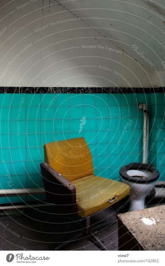 Sitzgelegenheiten Örtlichkeit Toilette Bad Sessel Stuhl Dorf fließen Bodenbelag Wand Polster Ocker gebraucht gehen Einsamkeit dreckig Vergangenheit Gegenteil