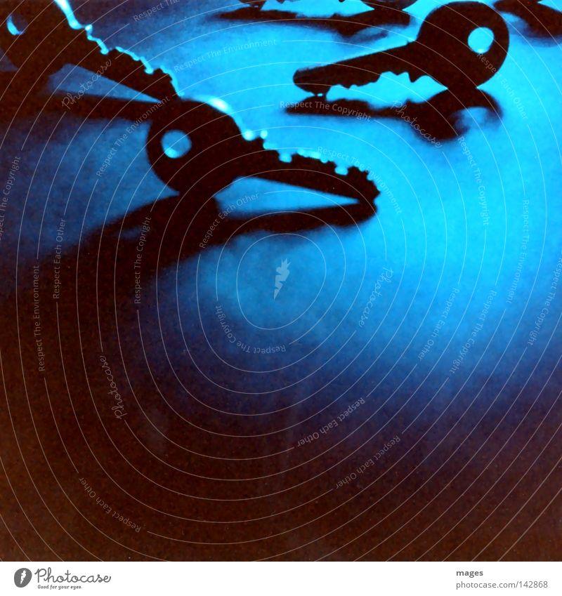 Schlüsselpositionen blau schwarz dunkel Sicherheit mehrere Symbole & Metaphern schließen aufmachen Zugang Türöffner Schlüsseldienst Hausschlüssel