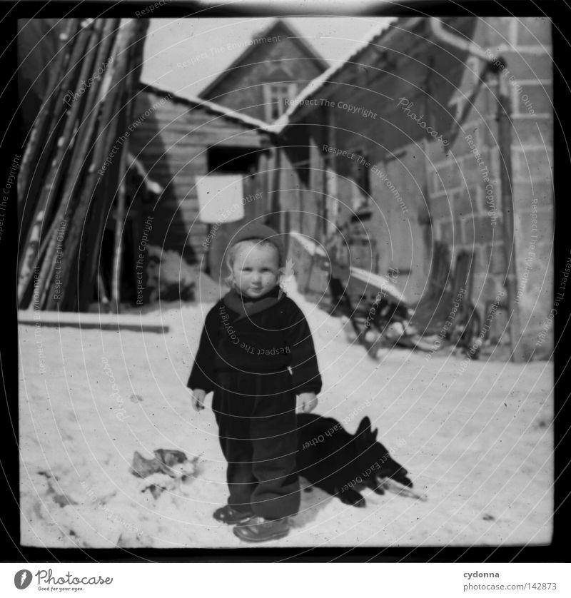 Fotoreisen in die Vergangenheit I negativ Mittelformat historisch Vorfahren Zeit Hund Winter Kind vergangen Erinnerung unschuldig finden Gefühle Fotografie