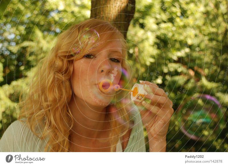 Seifenblasen Frau Jugendliche schön Baum grün Sommer Freude Blatt Wald Haare & Frisuren blond Hintergrundbild frei Fröhlichkeit süß Lebensfreude