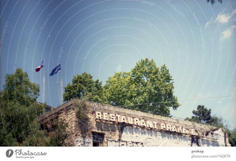 jdi dal, vole Hotel Prag Fahne Ruine alt Verfall Himmel Wolken Baum Sightseeing Tourismus Ferien & Urlaub & Reisen Tschechien analog Restaurant Gastronomie