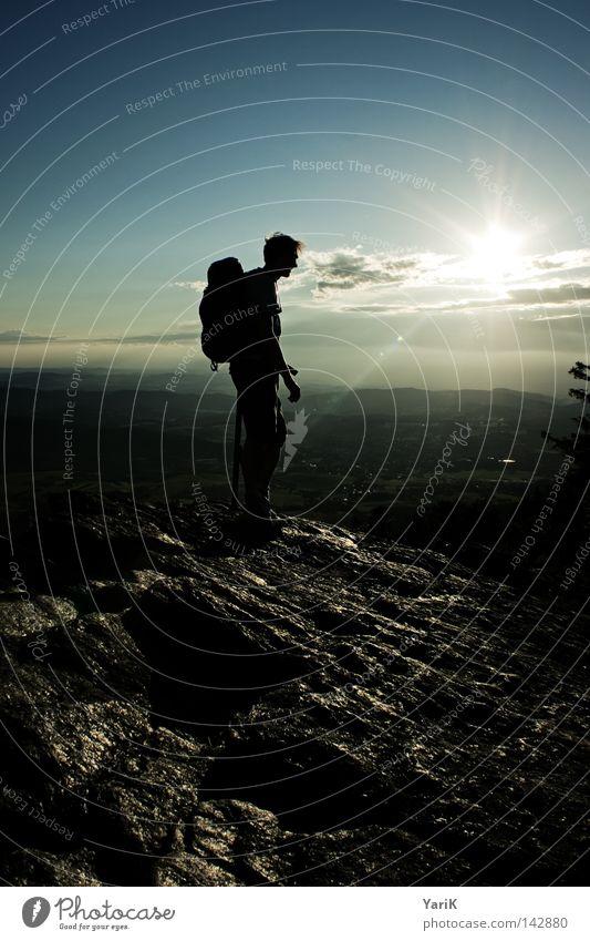 oben droben Mann Natur Himmel Sonne blau ruhig schwarz Wolken Einsamkeit gelb Ferne Sport dunkel Spielen Berge u. Gebirge Stein