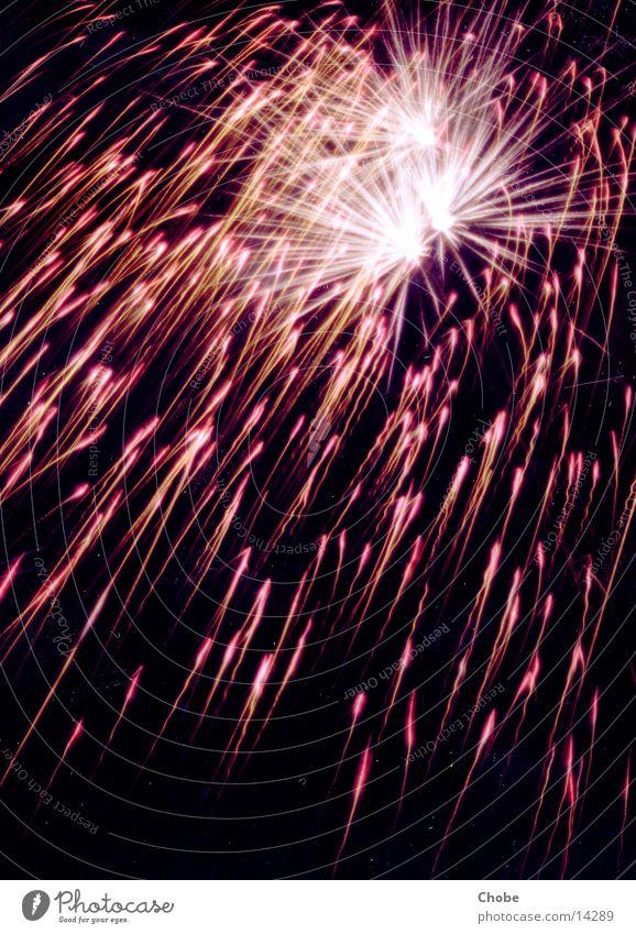 Lichtregen schwarz rot Silvester u. Neujahr Nacht Explosion Langzeitbelichtung Feuerwerk Himmel Lampe Funken Brand